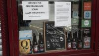 Els rètols pel tancament en una cerveseria del barri de Sant andreu de Barcelona, ahir a la tarda