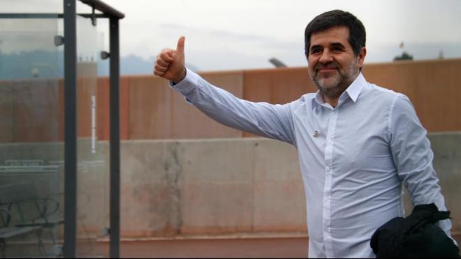 Jordi Sànchez, amb el polze aixecat, en sortir de Lledoners per gaudir del seu primer permís