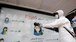 Un operari desinfecta una parada d'autobús a Alger, la capital d'Algèria, com a mesura per combatre la propagació de la pandèmia del coronavirus, el 23 de març passat