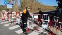 Policia local del Vendrell tancant l'accés a un paratge natural del municipi