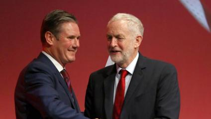 Keir Starmer , en una imatge del 2017, rep la felicitació de Corbyn, aleshores líder laborista, pel seu discurs en la conferència de la formació a Brighton