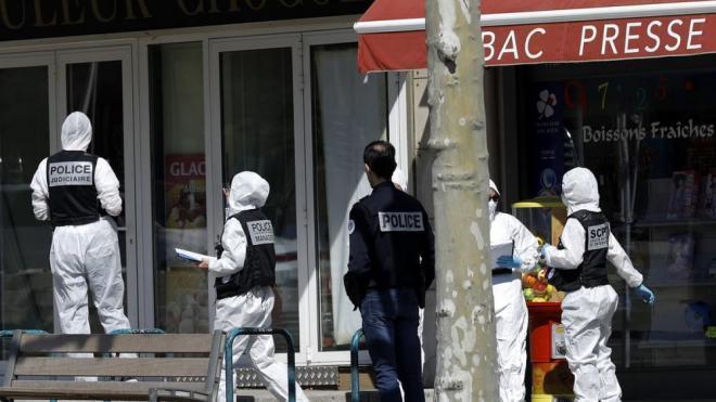 Un grup de policies davant de l'establiment on va tenir lloc l'atac, a Romans-sur-Isère