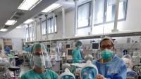 Personal de l'Hospital Sant Pau mostren mascaretes adaptades que van rebre ahir mateix i que la setmana vinent estaran a altres hospitals
