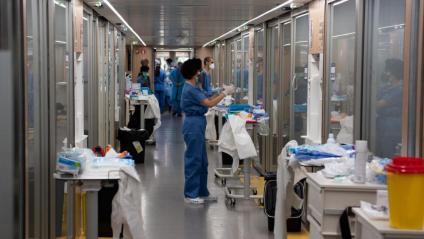 Personal sanitari de l'Hospital Clínic atén malalts que han donat positiu en coronavirus i han requerit l'ingrés