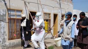 Treballadors sanitaris afganesos desinfecten edificis públics pel coronavirus, a la localitat de Helmand