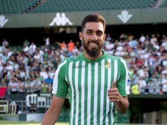 El jugador del Betis, Borja Iglesias. La plantilla i el tècnics solidaris amb els empleats del club.