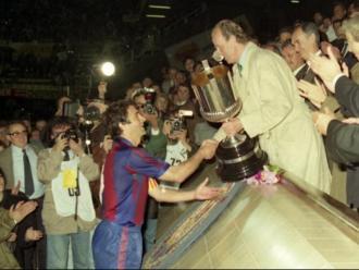 Alexanko recollint la copa de mans de Joan Carles I