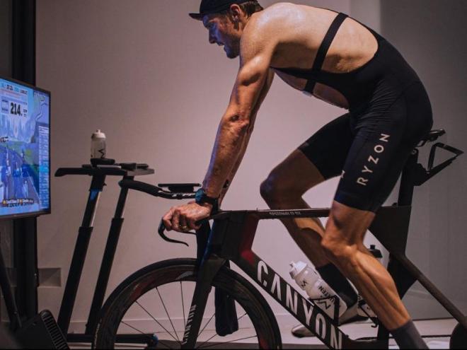 L'alemany en un dels entrenaments de ciclisme que fa a casa seva