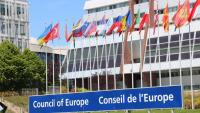 El cartell del Consell d'Europa amb les banderes dels estats membre de fons
