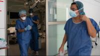 Personal sanitari acaba d'atendre un malalt de coronavirus a l'Hospital Clínic