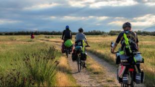 Ciclistes en marxa. La iniciativa transfronterera vol unir els territoris amb vies pedalables