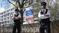 Agents fent guàrdia davant l'hospital on hi ha ingressat Johnson per la Covid-19