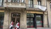 Una parella de voluntaris de la Creu Roja accedint a la residència Olivaret de Barcelona