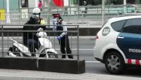 Control policial a la Gran Via de Barcelona, a la sortida del pas soterrat de plaça Espanya