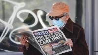 Un home llegeix la notícia de l'hospitalització de Johnson davant de l'hospital de St Thomas, on hi ha ingressat el primer ministre