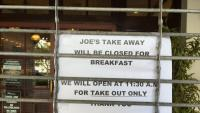 Un restaurant anuncia que està tancat i que només obre per fer menjar per emportar-se