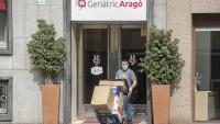 Un home treu paquets d'una residència, ahir, a Barcelona