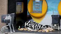 Una persona dormint al carrer el passat abril