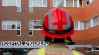 Un bomber davant de l'Hospital d'Igualada