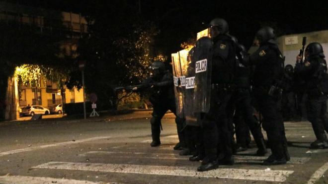 Un agent de la Policia Nacional llançant una pilota de goma per dissuadir els manifestants a la zona de Pedret el 17 d'octubre de 2019
