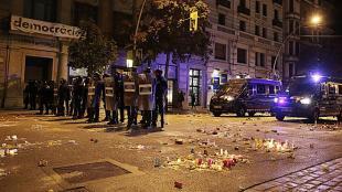 Agents policials, protegint la subdelegació del govern espanyol a Girona, el 16 d'octubre