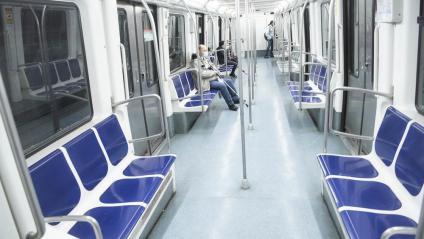 El metro de Barcelona, buit aquests dies de confinament total. El doctor Antoni Trilla alerta que cal precaució i l'ús de mascareta en el transport públic en el retorn a la feina
