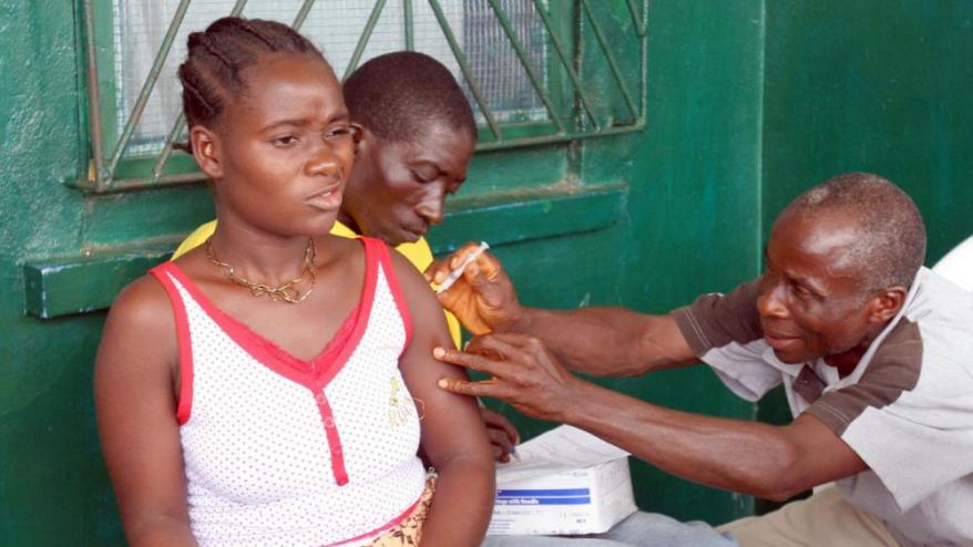 A sota, una noia és vacunada contra la malària