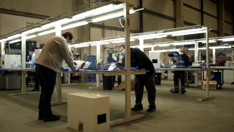 Una de les empreses d'il·luminació que ha participat en el consorci Respirem per al desenvolupament d'un respirador autònom.