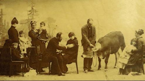Una impagable imatge del propi doctor Moner escenificant la vacunació d'una de les pacients.