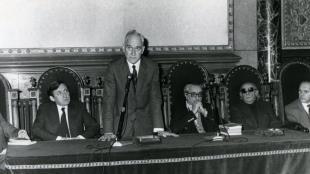 El 1981, durant l'acte d'homenatge a Joan Fuster a la Universitat de Barcelona; d'esquerra a dreta: (Max Cahner, Badia i Margarit, Joan Fuster i Avel·lí Artís-Gener.