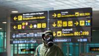 Un passatger d'un vol de Londres en la seva arribada a l'aeroport del Prat, amb un vestit protector i màscara antigàs, divendres, 22 de maig
