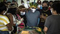 Indígenes brasilers en un funeral d'una víctima per la Covid-19 a parc de les Tribus (Manaus)