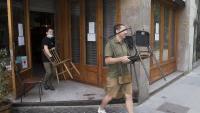 Treballadors d'un bar del passeig de Sant Joan a Barcelona preparen la terrassa