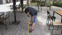 Un restaurador preparant la terrassa a Barcelona