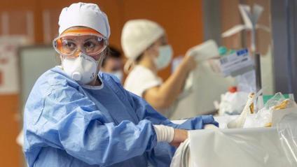 Professional sanitari a una UCI de l'Hospital Clínic