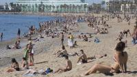 La platja de Barcelona amb gent a primera hora del matí dissabte passat