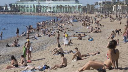 Moltes persones a la platja de la Barcelona en la franja de matí, de 6 a 10h