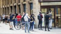 Gent fent cua al Decathlon del centre de Barcelona aquest dilluns, inici de la fase 1