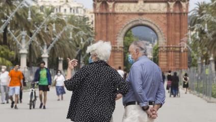 Dues persones grans passejant a Barcelona