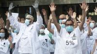 Protesta del personal sanitari a l'Hospital Clínic reclamant la recuperació del 5% del sou retallat fa 10 anys