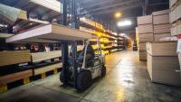 Un treballador en el magatzem d'una empresa de Girona