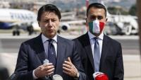 Di Maio, amb mascareta, escoltant el primer ministre italià, Giuseppe Conte