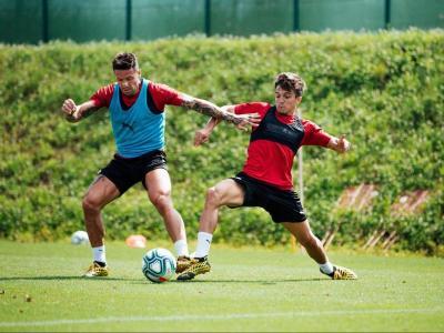 Joaquín Zeballos mira de prendre la pilota a Aday