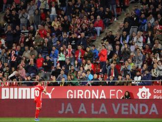 Borja García agraeix el suport a l'afició del Girona, que l'ovaciona durant un matx dels gironins a Montilivi