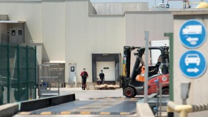 Una imatge de l'accés a l'empresa Avidel, un dels espais on s'ha registrat un augment de casos de coronavirus