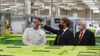Macron, visitant ahir una fàbrica de Valeo, proveïdora de serveis al sector automobilístic, al nord de França