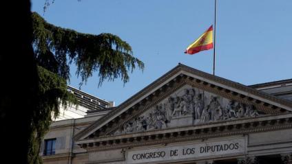 Bandera a mig pal al Congrés dels Diputats pel dol de deu dies decretat pels morts de la pandèmia