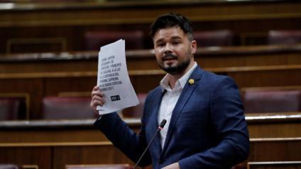El diputat d'ERC Gabriel Rufián amb l'informe d'Amnistia Internacional sobre el judici de l'1-O, que reclama la llibertat de Cuixart i Sànchez