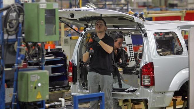 Un operari treballa en el muntatge d'una furgoneta a la planta de Nissan de Barcelona