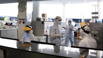 Professionals sanitaris treballant en una unitat d'UCI de l'Hospital del Mar amb pacients amb covid-19, en la pandèmia de coronavirus